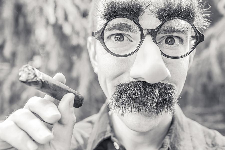 mec cool lunettes barbe et cigare