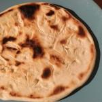 pain à la poêle sur assiette bleue